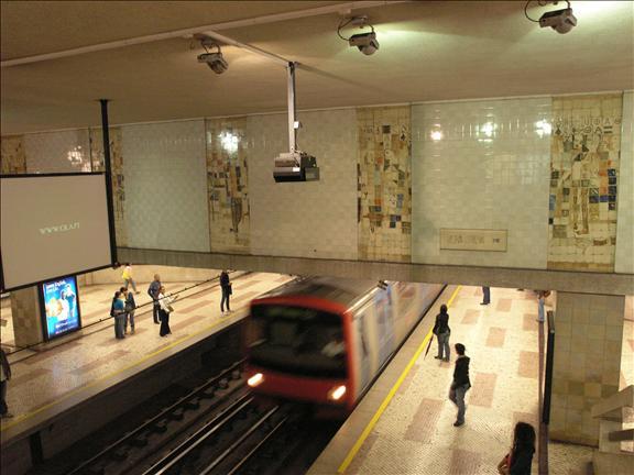 3081bd76180 Azulejos na Estação de Metro da Cidade Universitária